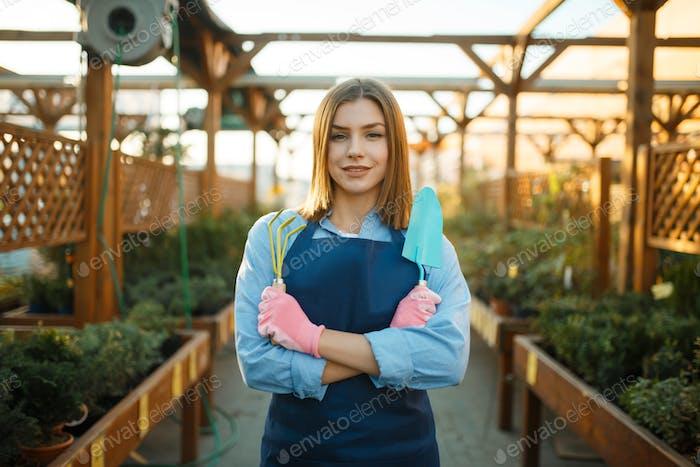 Женский садовник позы в магазине для садоводства