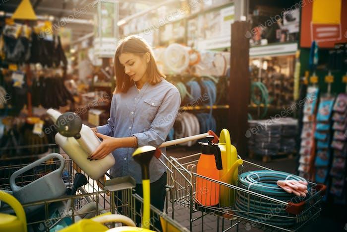 Thumbnail for Женщина-покупатель выбирает инструменты в магазине для садовников