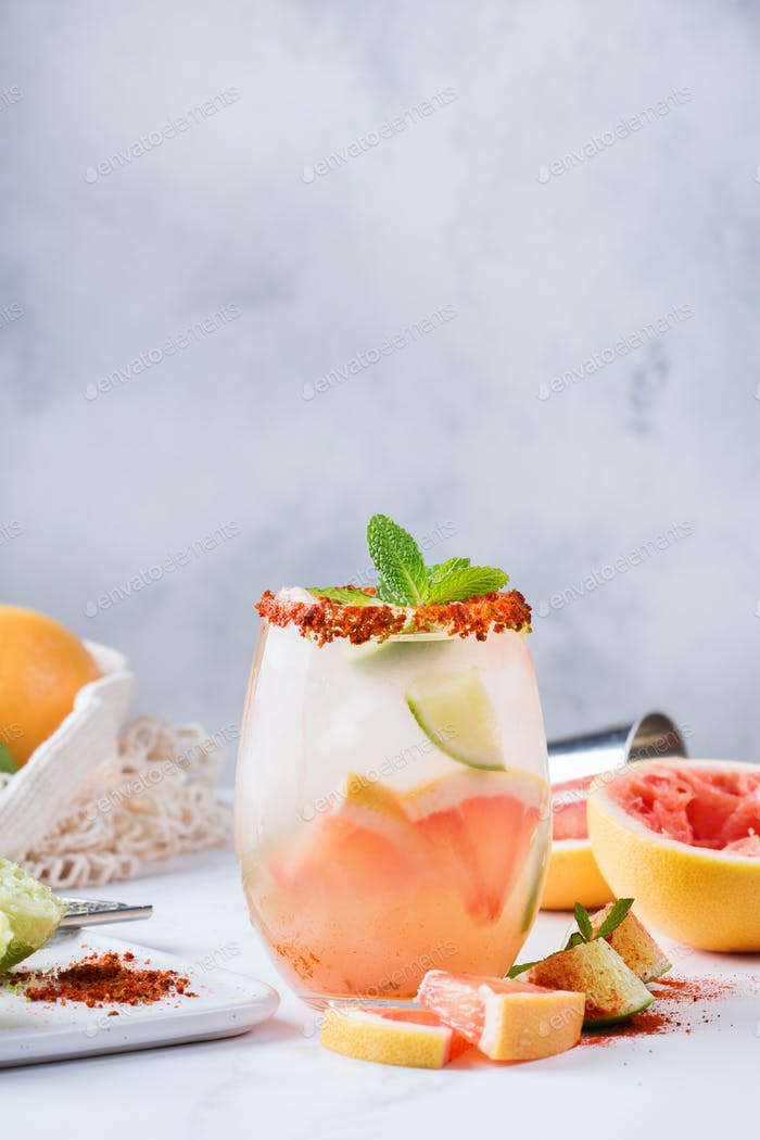 Mezcal o cóctel Paloma mescal con pomelo y agua seltzer