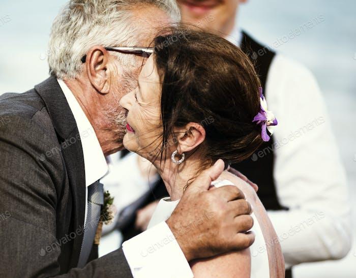 Seniorenpaar heiraten am Strand