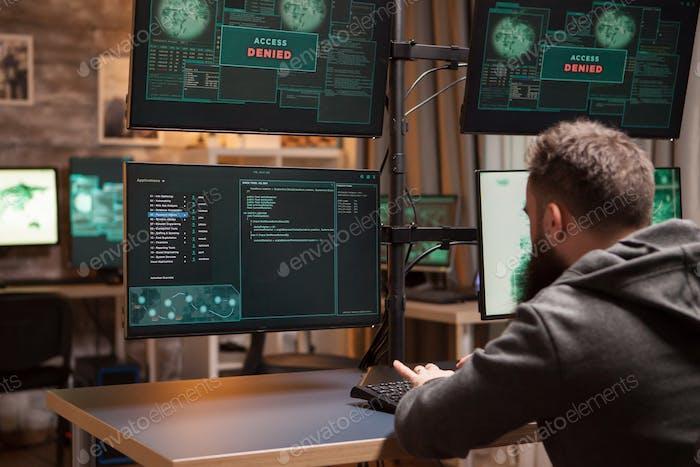 Bärtige Programmierer Hacking versucht, Informationen zu stehlen