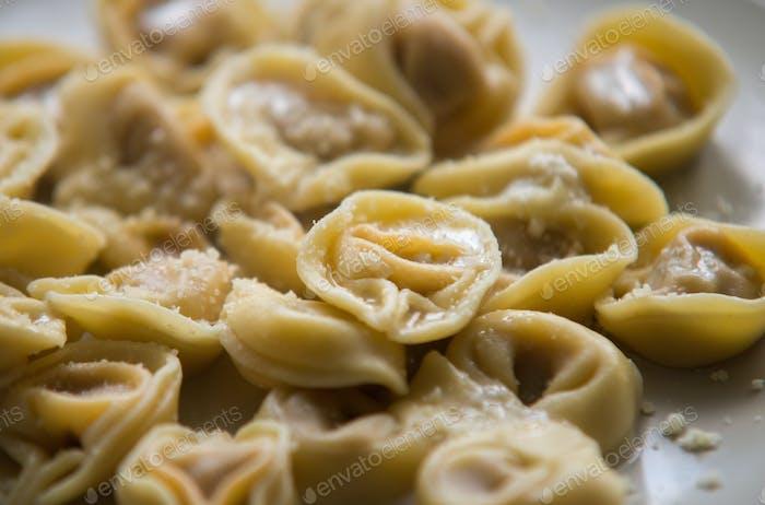Tortellini mit Käsesauce und Butter