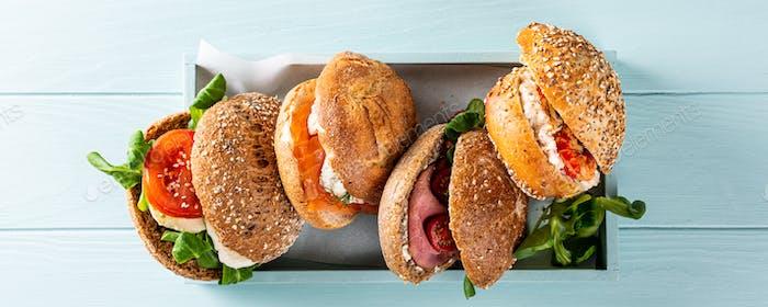 Verschiedene Sandwiches in Holzkiste