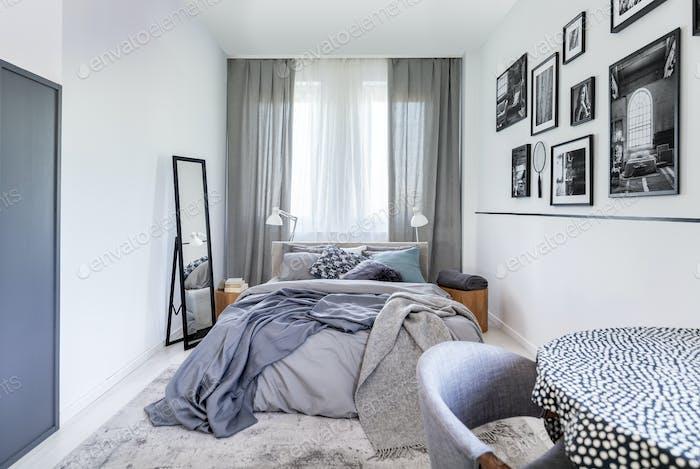 Gemütliche Kissen auf komfortablen großen King-Size-Bett im hellen Schlafzimmer Interieur in eleganten Wohnung