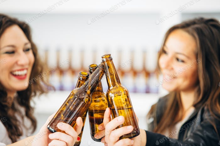 Menschen klingeln Flaschen Bier