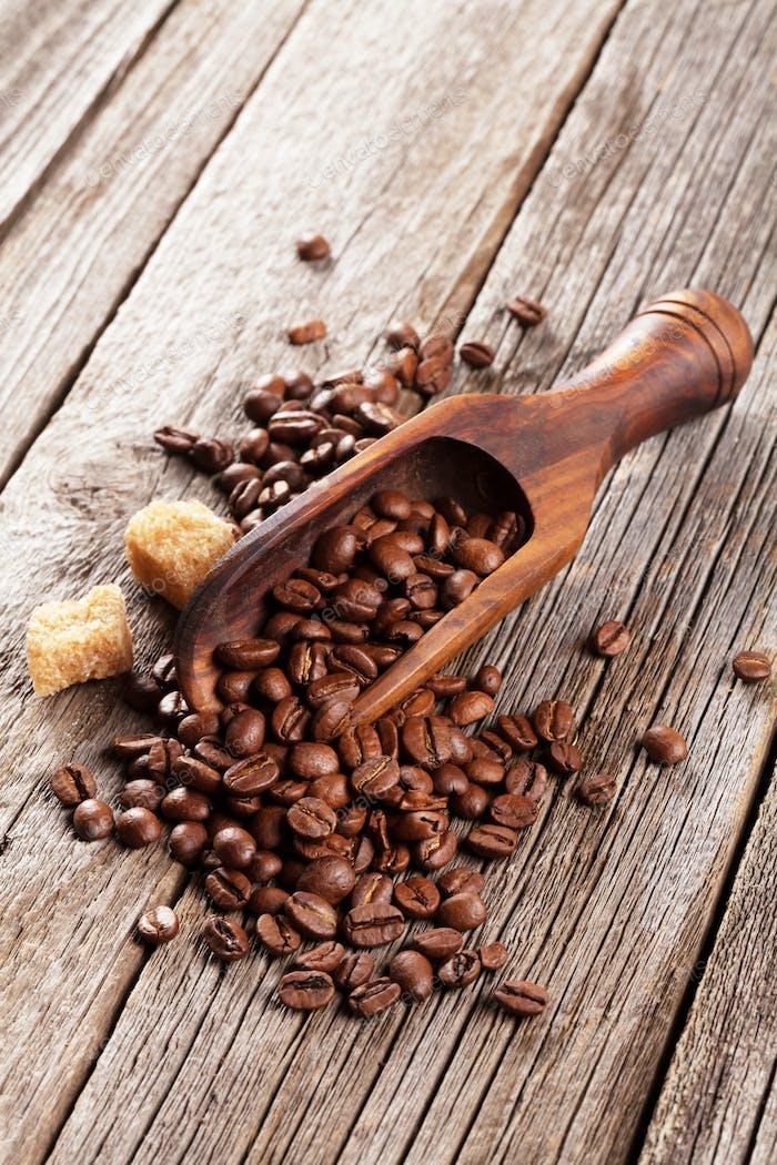 Granos de café y azúcar moreno