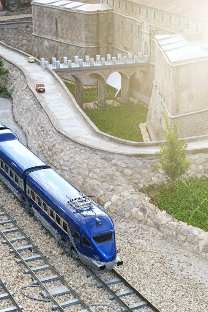 Ein Miniaturmodell der Eisenbahn.