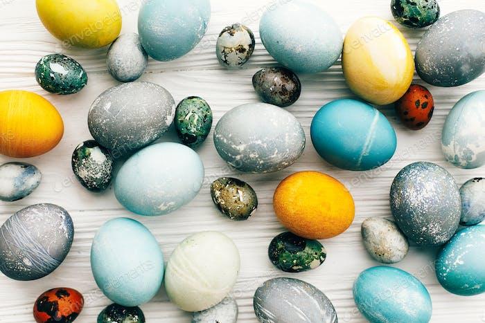 Moderne bunte Ostereier mit natürlichen Bio-Farbstoff bemalt