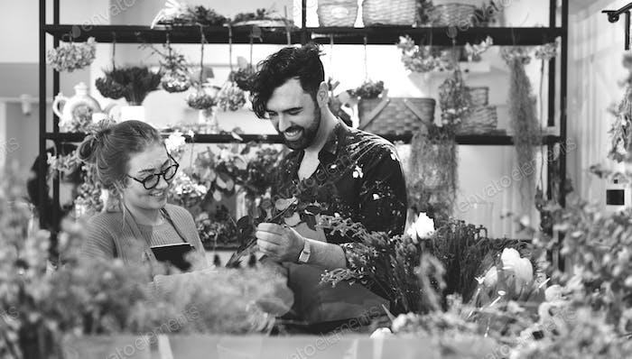 Floristen machen Blumenstrauß zusammen