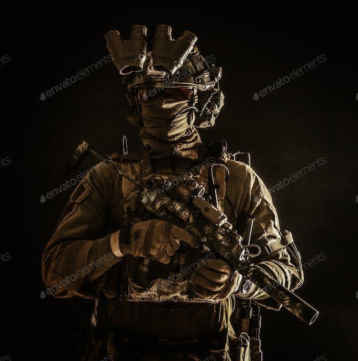 Porträt von Elite-Kommando-Kämpfer in der Dunkelheit
