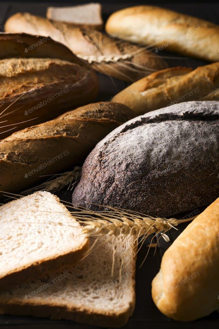 Draufsicht von verschiedenen Brotsorten mit Getreide isoliert