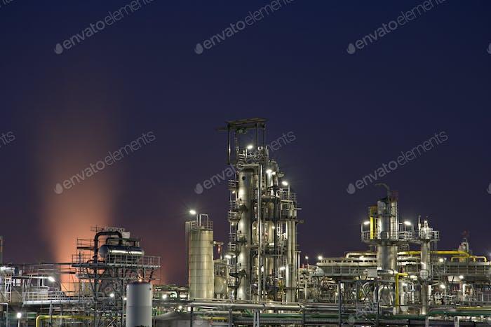 Chemische Anlage bei Nacht