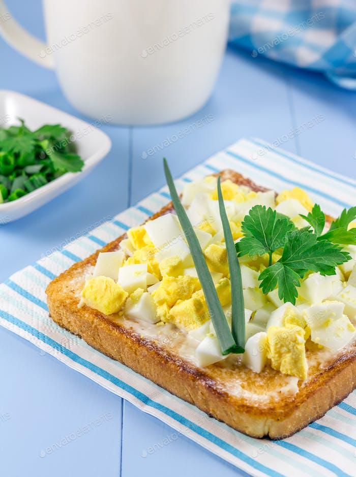 Frühstückssandwich mit gehackten Eiern und Grüns