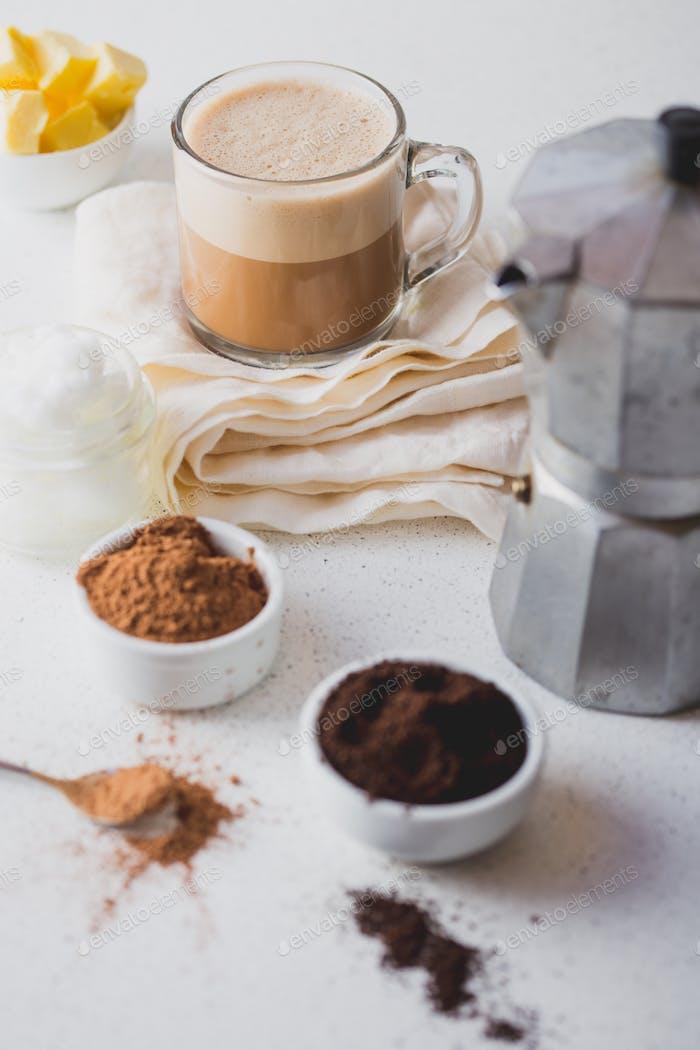 Kugelsicherer Kakao. Ketogene keto Diät Heißgetränk