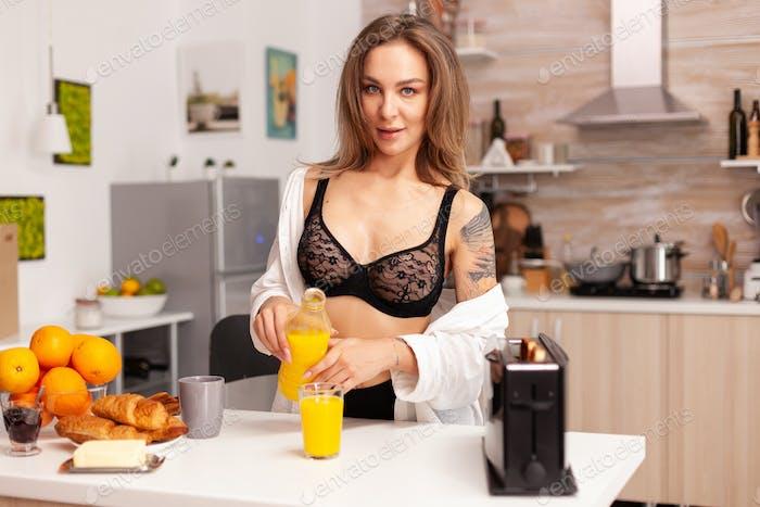 Verführerische Frau bereitet Frühstück