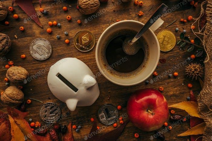 Sparschwein und Kryptowährungsmünzen oben Ansicht
