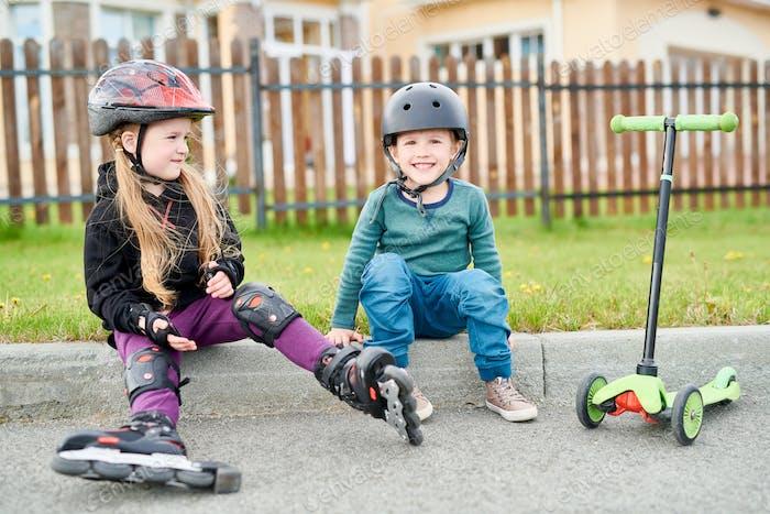 Little Riders Ruhen auf Bordstein