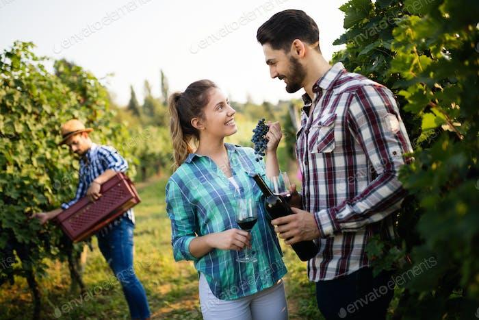 Weinbauerfamilie im Weinberg