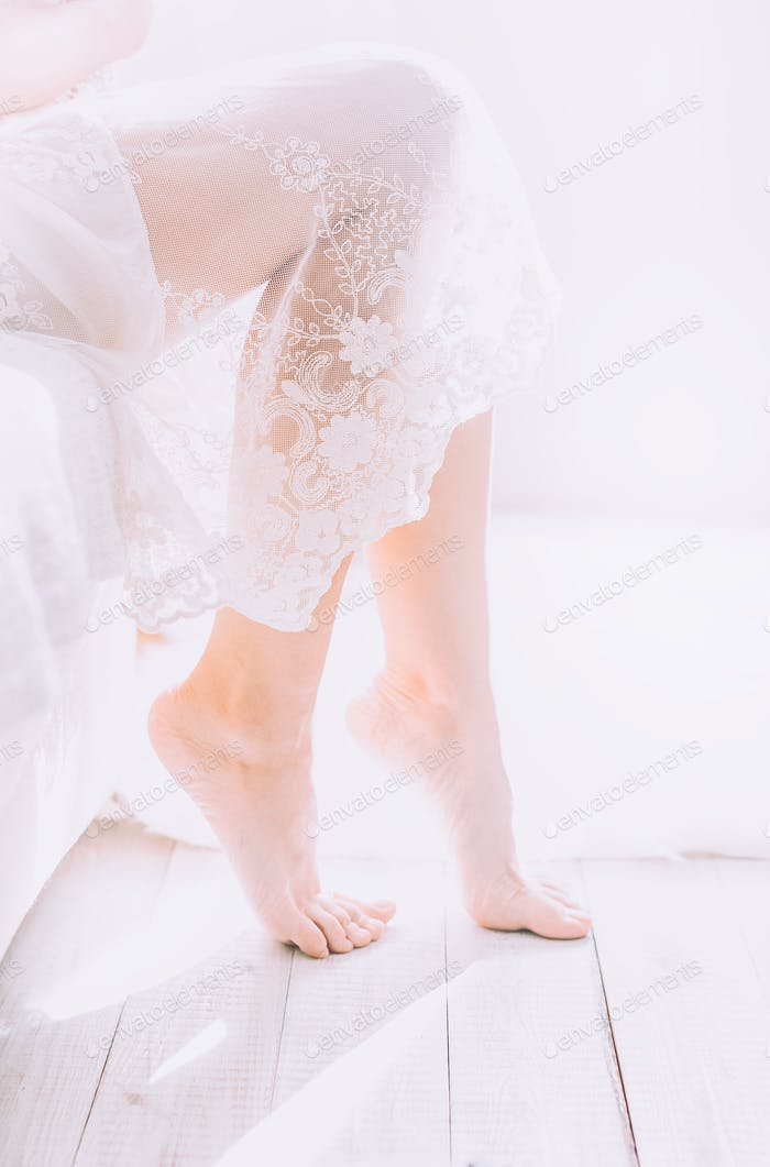 Junge Frau am Fenster in hellen weißen Raum