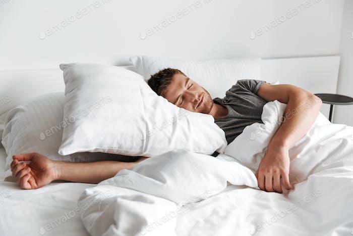 Attraktiver junger Mann schlafend