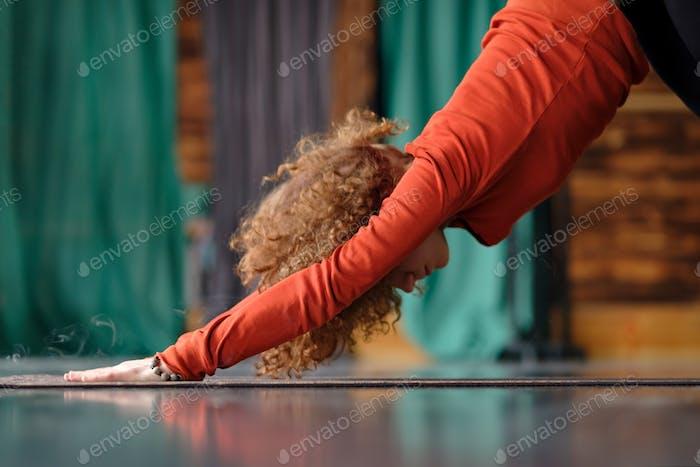 Frau praktizieren Yoga Nach unten gerichtete Hund Übung, adho mukha svanasana Pose