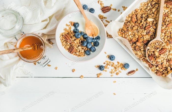Hafermüsli mit Nüssen, Joghurt, Honig und Heidelbeeren