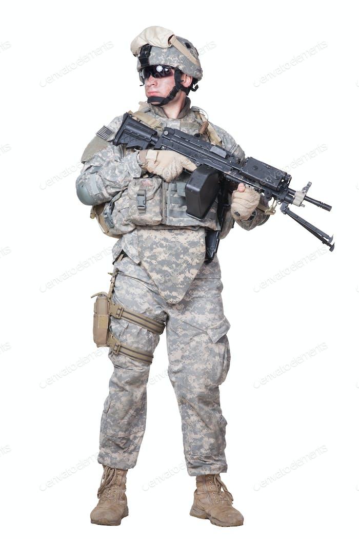 Voll ausgestattete US Marine stehend mit Maschinengewehr