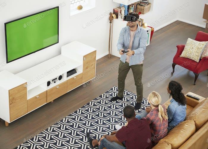 Freunde spielen Computerspiel mit Virtual Reality Headset