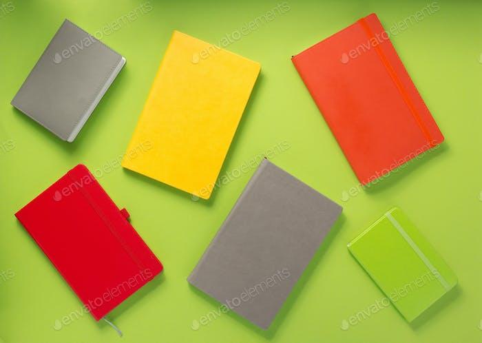 Notizbuch auf abstraktem Hintergrund