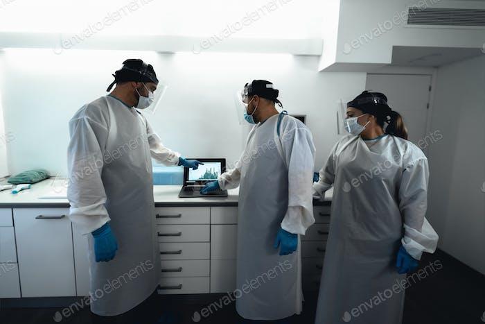 Médicos especialistas que luchan contra el brote del virus corona