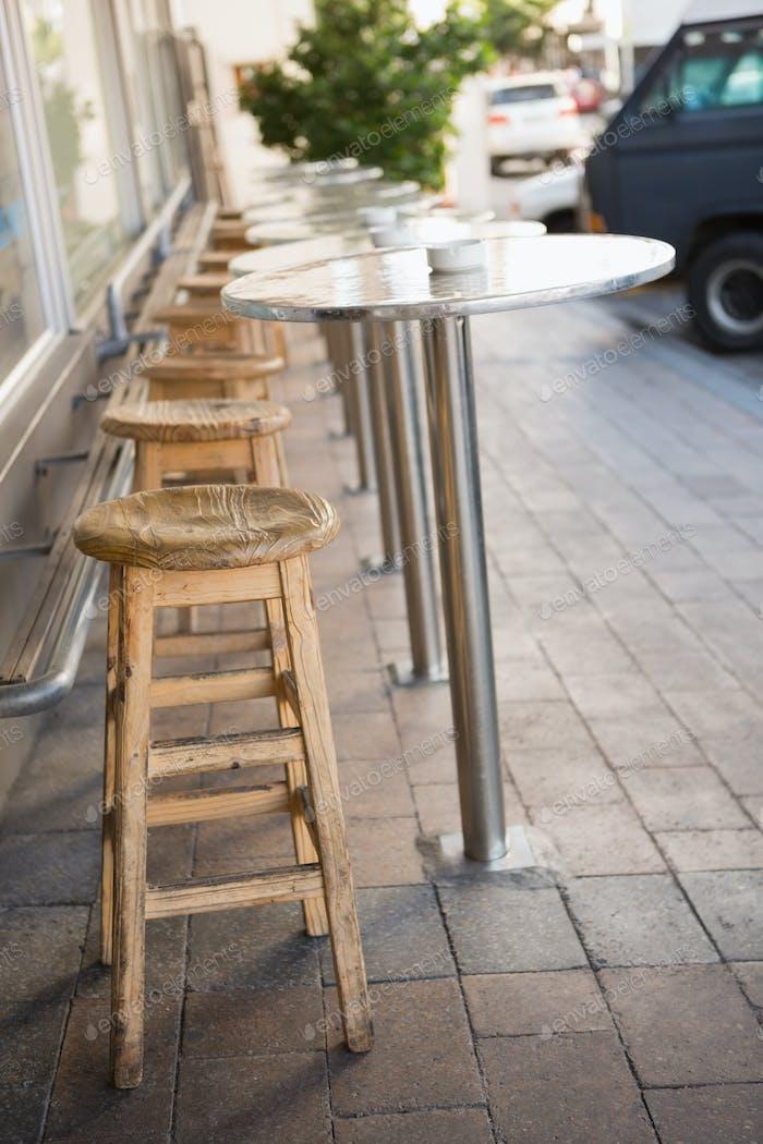 Taburete De Bar Y Mesas En La Terraza De La Panadería Foto De Wavebreakmedia En Envato Elements
