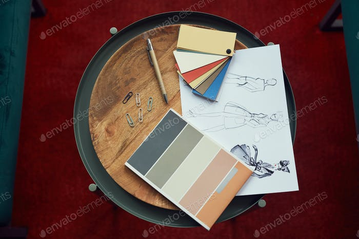 Designskizzen und farbige Muster