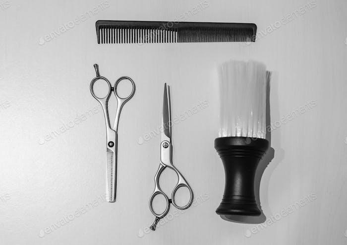 Friseur-Ausrüstung auf einem weißen Holzuntergrund
