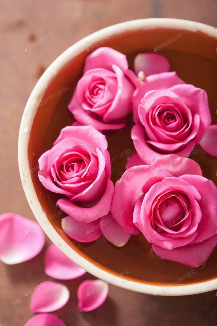 schöne rosa Rosen Blumenstrauß in Vase