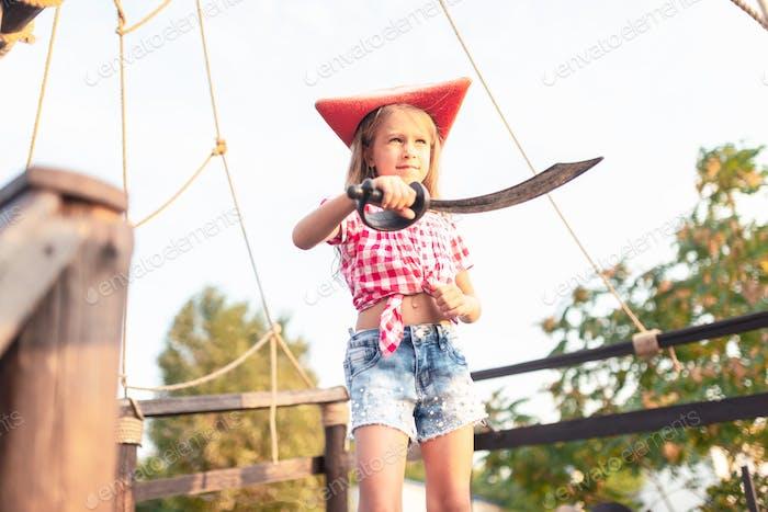 Ernst lustiges kleines Mädchen Pirat in einem karierten Hemd