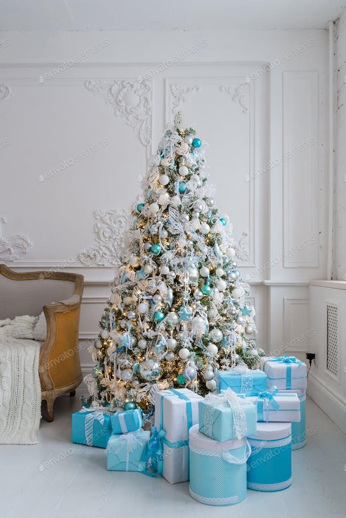 Weihnachtsbaumdekoration zu Hause Interieur mit blauen Geschenk-Boxen