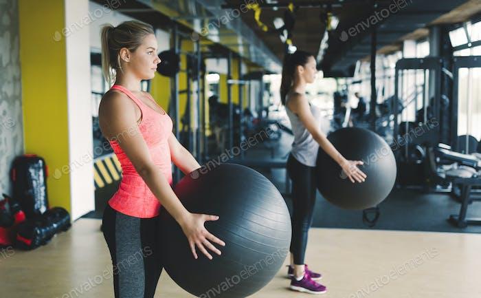 Athletische Frau beim Aerobic Training
