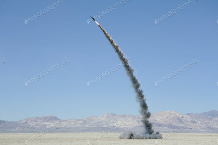 Raketenschießen in riesigen Wüstenhimmel, Black Rock Desert, Nevada