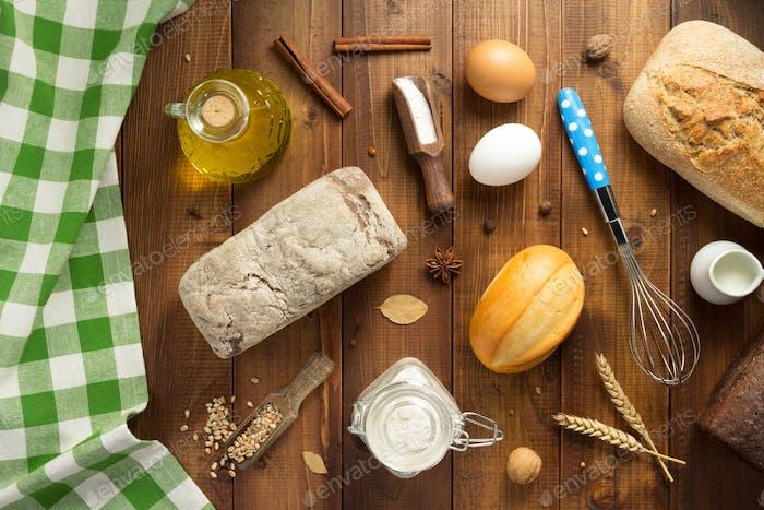 Brot und Backwaren Zutaten auf Holz