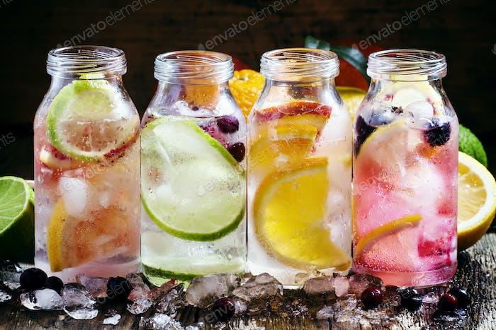 kalte ZitrusLimonade: Zitrone mit schwarzen Johannisbeeren, Orange, Limette und Cranberry, Grapefruit und Orange