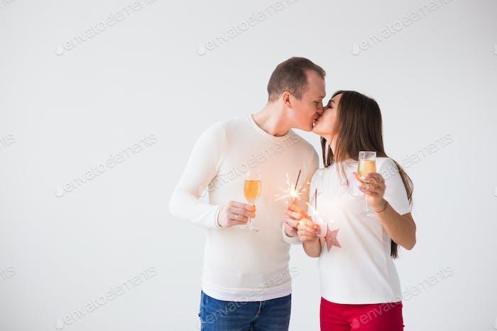Valentinstag Konzept - Junge glücklich lächelnd fröhlich attraktives Paar feiert mit