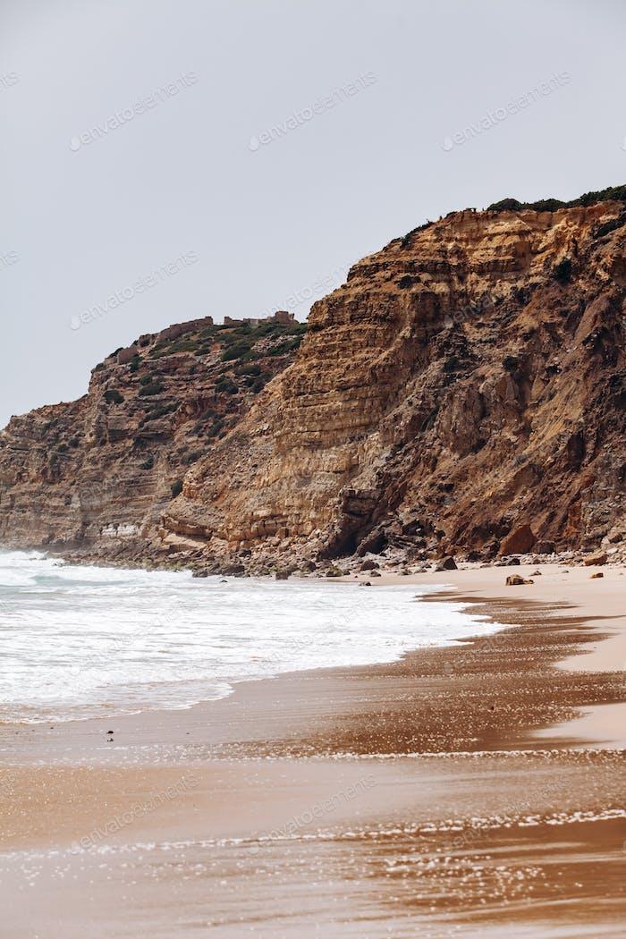Hermosa vista de las olas del mar desde las rocas en Algarve, Portugal