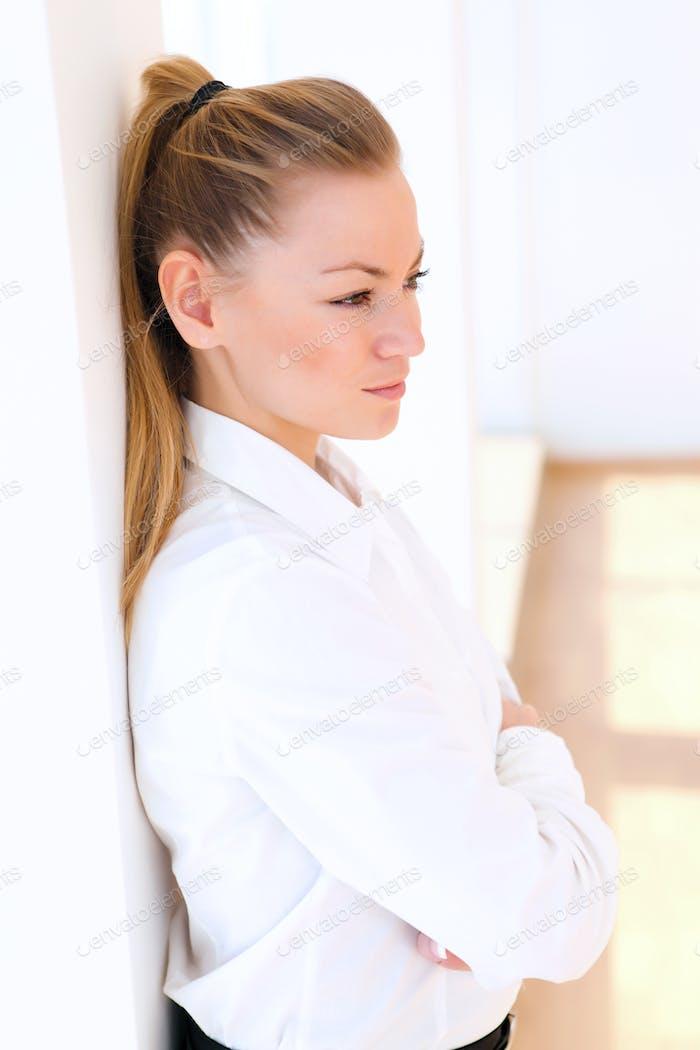 joven mujer de negocios bastante
