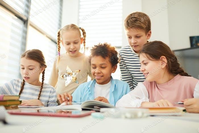 Compañeros de clase mirando Ilustraciones de libros