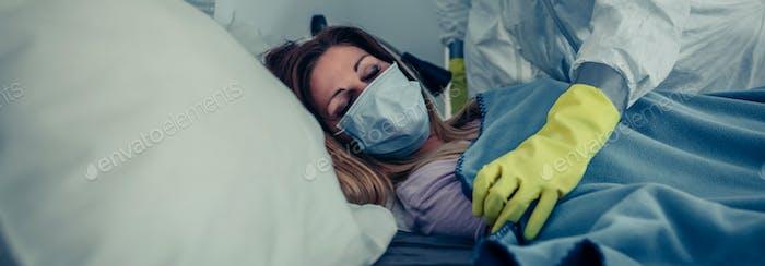 Женщина в домашнем карантине для вируса, присутствовавшая врач