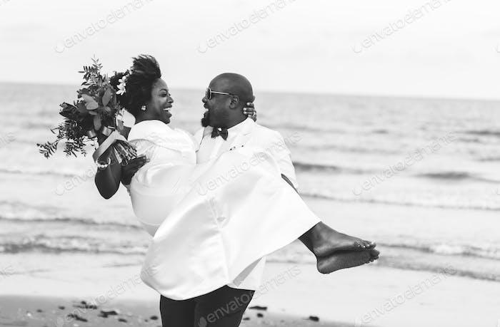 African American Xouple immer heiraten am Strand