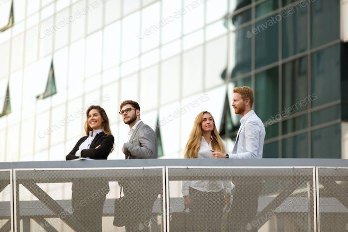 Geschäftsleute und Kollegen im Freien