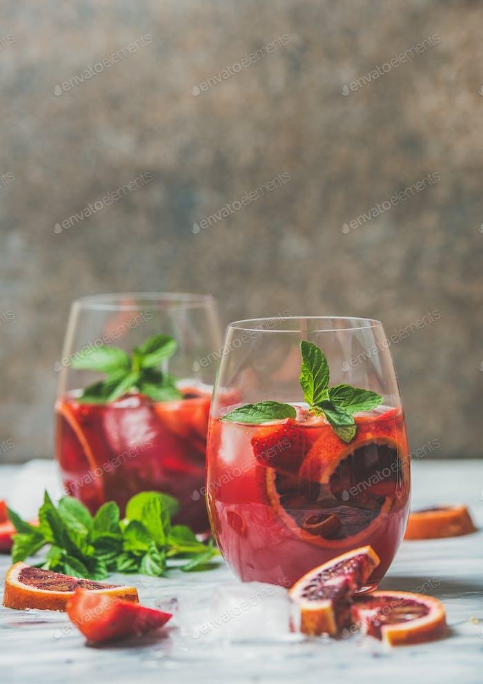 Blutorange und Erdbeere Sommer Sangria mit Minze und Eis