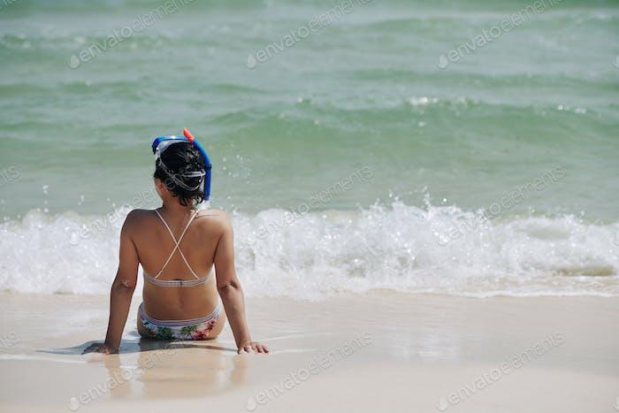 Frau genießen Meereswellen