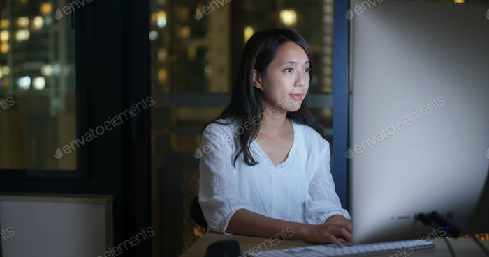 Frau arbeitet über Nacht am Computer
